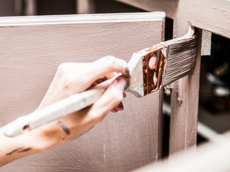 Comment peindre les armoires de cuisine en 7 étapes réalisables